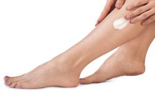 敏感肌向けの除毛クリームを足に使用する女性