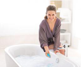 バスタイムで美白入浴剤を入れる女性