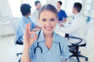 美容皮膚科で美白治療を勧める看護士