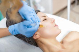 美白になるためにプラセンタ注射を打つ女性