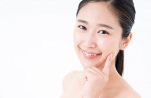 美白化粧品で赤くなる対処法を知って喜ぶ女性