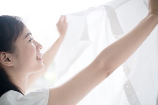 キレイに洗濯できて喜んでいる女性