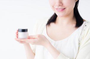 乳首の黒ずみのケアに最適なクリームを紹介する女性